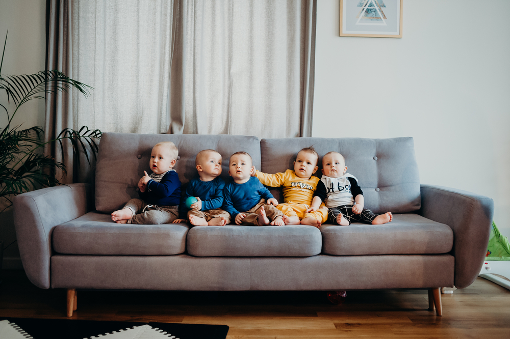 sesja lifestylowa, dzieciaki na kanapie